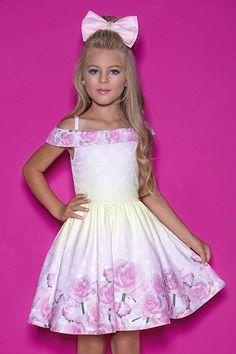 Lila Baby e Cia Moda Infantil Cute Little Girl Dresses, Girls Formal Dresses, Cute Girl Outfits, Chic Outfits, Cute Dresses, Kids Outfits, Flower Girl Dresses, Young Fashion, Kids Fashion