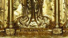 prosternés deux petits personnages : l'empereur germanique Henri II et l'impératrice Cunégonde, donateurs de l'antependium.