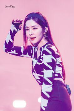 She Walks In Beauty, Red Velvet Irene, Korean Bands, Bae Suzy, Korean Actresses, Seulgi, Yoona, Funny Faces, Girl Group