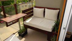 Rośliny i ogród, Mały nowoczeny balkon w bloku - Po prawej stronie stoi ławka w całości łącznie z poduszkami zrobiona własnoręcznie na wymiar balkonu.