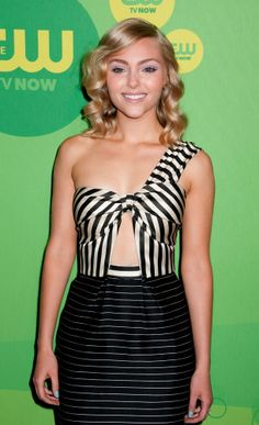 AnnaSophia Robb looks summer chic with her golden spiral waves. Just look at that shine!