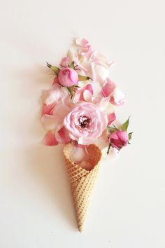 Hier kommt der neue Flower Cone Trend in der Farbe Pink daher. Super schön anzuschauen und ein echter Hingucker für die Party. Was man dazu braucht? Pinke Blumen, gerne Bauernrosen und eine Eis Waffeln. Fertig ist das Blumen Eis!