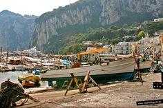 Caótico puerto de Capri donde se mezclan barcos, coches camiones, turistas, taxis, nativos, gatos y gaviotas... en un inexplicable equilibrio... Capri, Italia.