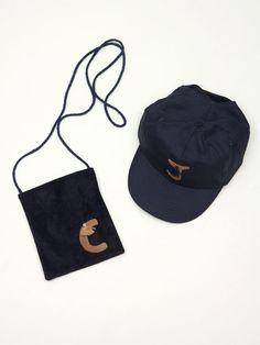 kit bolso antelina azul con inicial en antelina marrón claro a juego con la gorra