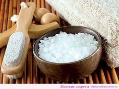 При лечении целлюлита морской солью мы быстро выводим лишнюю жидкость и шлаки из тканей. Под воздействием минералов кожа подтягивается, обновляется, очищается. Морскую соль от целлюлита можно применять в виде скрабов, обертываний, масок, добавлять в ванну и т.д. Антицеллюлитные ванны с морской солью Наполните ванну теплой водой. Растворите 500 г. морской соли в горячей воде и …
