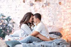 Home Family Photoshoot Pictures Ideas Couple Posing, Couple Shoot, Couple Boudoir, Romantic Couples, Cute Couples, Home Photo Shoots, Christmas Couple, Couple Photography Poses, Photography Ideas