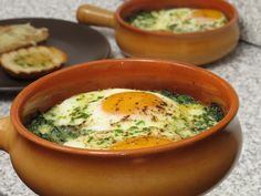 Ouă ochi la cuptor cu spanac 30 Minute Meals, Eggs, Romania, Breakfast, Ethnic Recipes, Recipes, Morning Coffee, Egg, Egg As Food