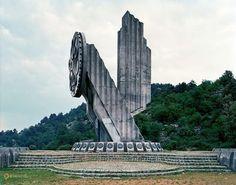 Монумент погибшим патриотам – #Черногория #Никшич (#ME_12) В 1942-ом году здесь были убиты люди, не пожелавшие признать власть фашистских оккупантов.  #достопримечательности #путешествия #туризм http://ru.esosedi.org/ME/12/1000056304/monument_pogibshim_patriotam/