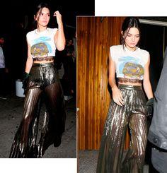 Kendall Jenner street style look com calça metálica transparente, hot pant, camiseta com top renda aparente.