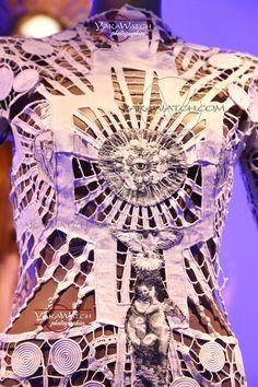 """Modèle """"Immaculata"""" - Détail - Collection """"Les Vierges"""" 2007 (Kylie Minogue X Tour) - Exposition Jean Paul Gaultier - Grand Palais - Paris"""