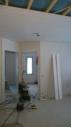 Katon panelointia osastolla olohuone-keittiö. #rakentaminen #tee-se-itse #sisäkatto #paneelikatto