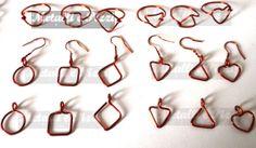 Questi pezzi appartengono ad una parure, in rame o alluminio colorato, lavorata interamente a mano da un'esperta nel campo. Il motivo delle maglie è semplice e disponibile in vari colori. La parure include bracciale, ciondolo, anello e orecchini. Per la versione a cuore, è possibile scegliere la direzione delle maglie del bracciale (orizzontale o verticale). In tal caso contattatemi, fatelo anche per avere qualsiasi altra informazione.