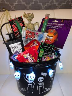 Diy Halloween Gifts, Halloween Gift Baskets, Halloween Candy Bags, Cute Couple Halloween Costumes, Halloween Inspo, Toddler Halloween, Halloween Games, Spooky Halloween, Halloween Care Packages