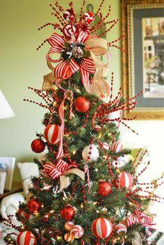 bolas y lazos en blanco y rojo para decorar el árbol de navidad