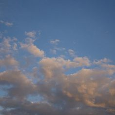 Wolken boven #Utrecht, verlicht door de ondergaande zon.