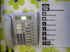 een oude telefoon met telefoonlijst van familieleden en noodnummers in mijn huishoek in de klas.