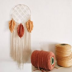 Aren't these dreamcatchers perfect? Macrame Wall Hanging Diy, Macrame Art, Weaving Projects, Diy Craft Projects, Yarn Crafts, Diy Crafts, Arts And Crafts, Diy Cadeau Noel, Diy Organisation