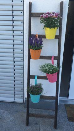 Ganz einfach:) alte holzleiter auf die gewünschte Länge sägen und mit bunten Blumentöpfen beschmücken
