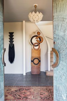 Owner of the Todd Merrill Studio art gallery, this designer's Luxury Home truly enhances the flamboyance and uniqueness of the art furniture and contemporary design that is present inside of it. A place where luxury furniture is not only for practical and use matters but they shine on their own due to their incredibly stunning details and modern design. #interiordesign #luxuryinterior #luxurydesign #interiordesignproject #homedecor #designideas
