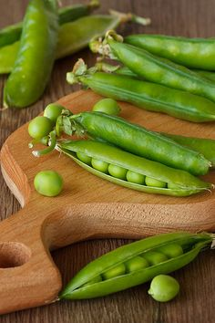 Fresh green peas pods on a wooden board. Green Fruit, Fruit And Veg, Fresh Green, Fruits And Vegetables, Organic Recipes, Raw Food Recipes, Vegetable Recipes, Healthy Recipes, Dairy Free Pizza