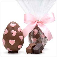 Feliz Páscoa! ovos de chocolate com corações cor de rosa.