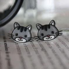 Les petits chats gris en plastique fou