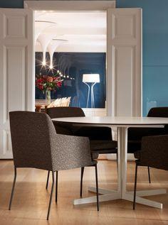 Die gemütlichen Stühle werden mit schlichten Tischen kombiniert. #hotel #furniture #home #homestory #interior #scandinavian #accessoires