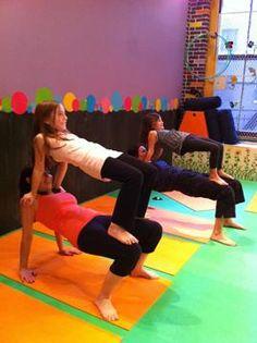 kids acro yoga. Waar zitten goede steunpunten? Wat is stevig genoeg om te dragen? bouwen maar.