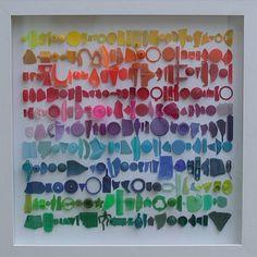 Stukjes afval omgetoverd tot een kleurig kunstwerk.