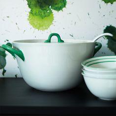 En hvit suppegryte i keramikk med lokk og grønne håndtak.