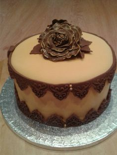 Pastís de xocolata farcit de mantega i decorat amb fondant!