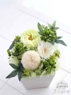 プリザーブドフラワーの仏花。白とグリーンで清楚にまとめたアレンジメントは、亡くなられて間もない方へのお供えにも。