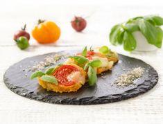Für den Teig der Parmesan-Thymian-Kekse alle Zutaten in einer Küchenmaschine zusammen mischen und kurz rasten lassen. Auf einer bemehlten