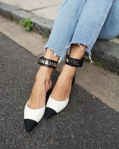 Laura Wills (@thefashionbugblog) • Fotos y vídeos de Instagram I Win, Heeled Mules, Walking, Black And White, Sandals, Instagram, Heels, How To Wear, Denim