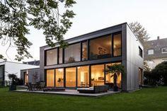 Fassade Ost - Garten - minimalistischer Neubau im Blockinnenbereich