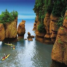 Bay of Fundy, Nova Scotia, Canada. (To get exactly here - Hopewell Rocks- you need to go through New Brunswick!) Tide changes every 6 hours. High and low tide vary by 50 feet, the greatest height in the world. Places Around The World, Oh The Places You'll Go, Places To Travel, Around The Worlds, Nova Scotia, Torre Cn, Hopewell Rocks, New Brunswick Canada, Saint John New Brunswick