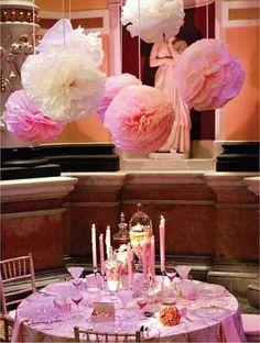 Decor plafond mariage, pompons en papier couleurs clair, pastels, rose poudre