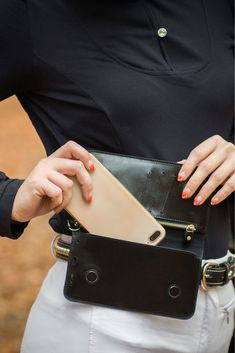 Unsere Handytasche ist ein unverzichtbares Zubehör für alle Reiter, die sicher im Gelände unterwegs sein wollen und löst das Problem, dass man keinen Platz hat, sein Handy beim Reiten und im Stall sicher und jederzeit griffbereit zu verstauen. In braun oder schwarz passt die Tasche zu jedem stylischen Outfit und ist das perfekte Accessoire für deinen Look.  Die Tasche wird in einer schicken Schachtel angeliefert und ist damit das ideale Geschenk für Reiterinnen und Reiter. Outfit, Fashion, Accessories, Brown, Black, Women Riders, Show Jumping, Outfits, Moda