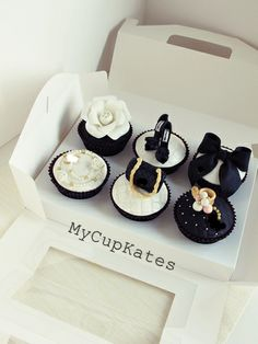 MyCupKates - Cakes, Cupcakes & Cookies: Bag & shoes Cupcakes These are the cutest! Makeup Cupcakes, Chanel Cupcakes, Bolo Chanel, Chanel Cake, Fondant Cupcakes, Cupcake Cookies, Cookies Bag, Fancy Cakes, Mini Cakes