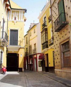 Una de las calles del barrio de Santa Cruz, en Sevilla.