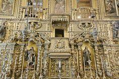 Opulento barroco [2] O opulento e dourado barroco joanino de uma das paredes laterais da nave da Igreja de São Francisco da Penitência do Rio de Janeiro.     Nos altares veem-se São Roque e Santa Isabel, Rainha de Portugal, e um pouco acima, nas peanhas, Santa Bona e Santo Elisário.
