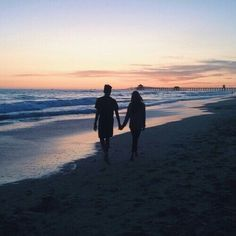 """""""i like long walks on the beach"""" . you forgot while holding my one and only's hand at sunset (summer beach photography) Couple Beach Pictures, Beach Photos, Couple Photos, Couple On The Beach, Tumblr Couple Pictures, Beach Tumblr, Tumblr Love, Couple Goals Cuddling, Photos Bff"""