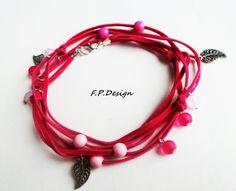 Hier biete ich zur monatlichen Farbaktion ein süßes Wickelarmband aus Pinkfarbenen Veloursleder.   Verziert wird das Armband mit Perlen in rosa,pink u
