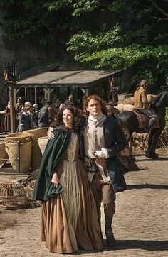 outlander - jamie and claire filming on the set for season 2