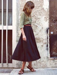 Jupon noir + tunisien kaki + sandales marron = le bon mix (blog Emma Elwin) - Tendances de Mode