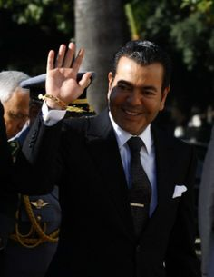 Prince Moulay Rachid of Morocco waves upon his arrival at a ceremony which marks the adoption of Tunisia's new constitution at the Constituent Assembly in Tunis, 07.02.2014.