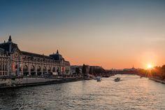 Ein Muss bei jeder Paris Städtereise: den Sonnenuntergang am Seine Ufer genießen, ganz typisch Paris mit einem Glas Rotwein, Baguette und französischem Käse. Hier gibt's die schönsten 4* Hotels in Paris. #travelcircus #paris #städtereise