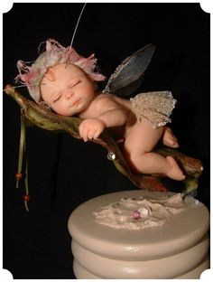 Diane Guelinckx-Becker живёт в Boutersem, деревни в Hageland.Более 20 лет она занималась лепкой различных фигур из полимерной глины. Но с 1996 года Диана вдохновившись сказочным миром стала лепить только фей, причём разного возраста. У каждой феечки есть имя и свой размер.Два раза в год автор этих скульптурок принимает участие в выставках кукол.Такая феечка может украсить интерьер детской спальни и любого помещения в целом.