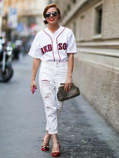 Der Streetstyle des Tages zum Nachshoppen. Heute mal sportlich-chic. In Baseball-Trikots stecken jetzt nicht mehr nur verschwitzte Sportler sondern auch hübsche Fashionistas.