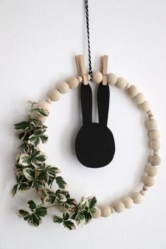 Simple Easter decoration – Skandi craft idea: Wooden balls can be used for a Skandi DIY. The wooden ball wreath is a simple Easter wreath that is suitable as a wall decoration or window decoration. The Easter decoration can then easily be…Read Diy Home Crafts, Simple Crafts, Upcycled Crafts, Jar Crafts, Bottle Crafts, Felt Crafts, Easter Wreaths, How To Make Wreaths, Wooden Diy